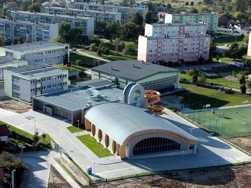 panorama miasta widać budynek basenu