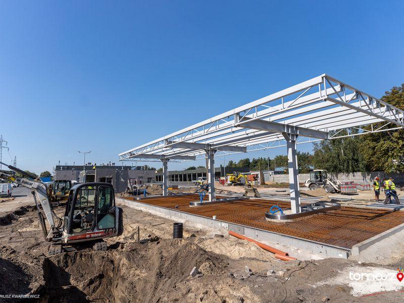 Na zdjęciu plac budowy, widqać stalowy szkielet wiaty