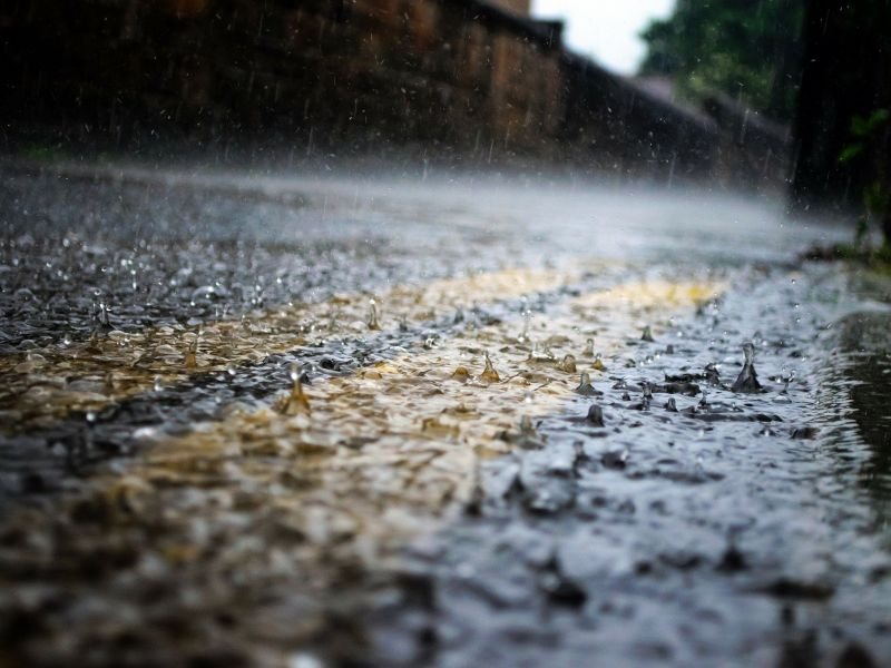Na zdjęciu opady deszczu i mokra ulica
