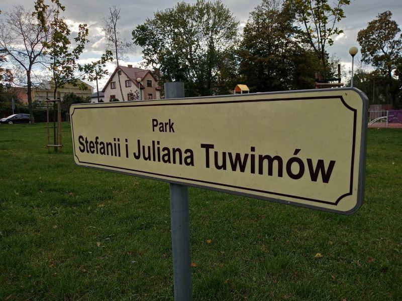 Na zdjęciu tabliczka z nazwą parku