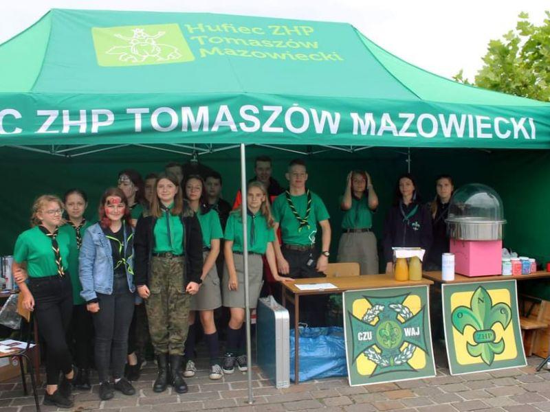 Na zdjęciu harcerze pod namiotem promocyjnym ZHP podczas pikniku profilaktycznego na placu Kościuszki